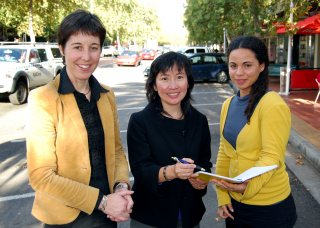 Meeting in Peel Street, Tamworth were Mimi Pestana (from Portugal), who wants to become a permanent Inverell resident; DIAC Regional Outreach Officer (NSW), Philomena Leong; and RDANI Project Officer, Kim-Trieste Hastings.