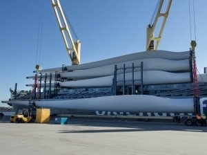 The shipment of 10 tonne, 60 metre long turbine blades has arrived in Newcaste. Image sourced from www.whiterockwindfarm.com